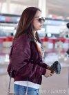 张靓颖现身机场,网友:终于时尚了,挎包超级有个性!