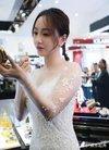 杨蓉出席活动捞金实在太拼了,网页:穿成这样就...