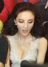 刘雨欣出席活动照对镜甜笑少女味浓