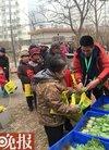社区发免费菜 数百人排队