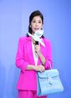 贾静雯出席品牌活动,身穿玫红色西装套装,尽显...
