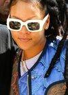 蕾哈娜潮装现身街头 白框眼镜搭配一头脏辫一...