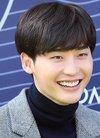 带着明朗的微笑登场 冬季美男李钟硕今早出席...