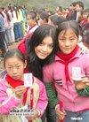 组图:叶佩雯吴日言慈善活动为山区儿童送爱心